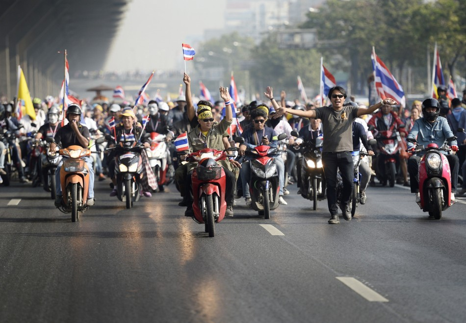 Thai PM Yingluck dissolves parliament