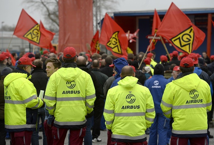 Employees of aircraft company Airbus demonstrate in front of the German headquarter Hamburg-Finkenwerder in November 2013 (Photo: Reuters)