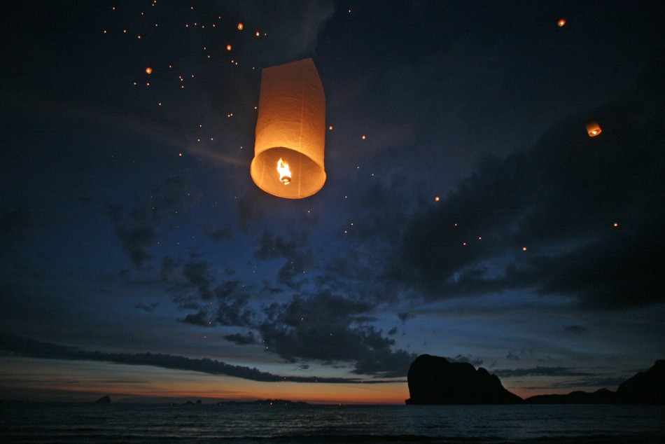 Lanterns are released during a ceremony to commemorate the first anniversary of the Indian Ocean tsunami on Pak Meng beach, Thailand December 26, 2005. (Reuters)