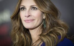 Julia Roberts arrives for the premiere of the movie