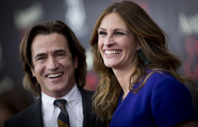 Julia Roberts poses with  Dermot Mulroney. (Reuters)