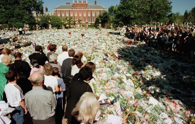 Hundreds of floral tributes left outside Kensington Palace