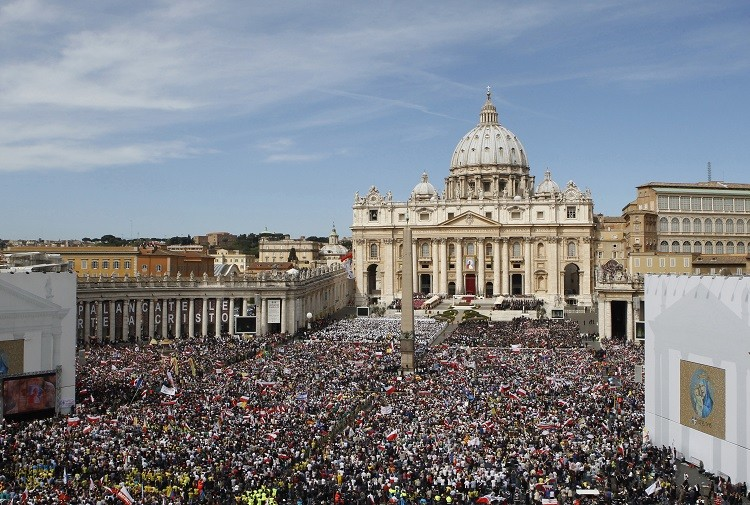 Thousands gather at the Vatican to mourn John Paul II