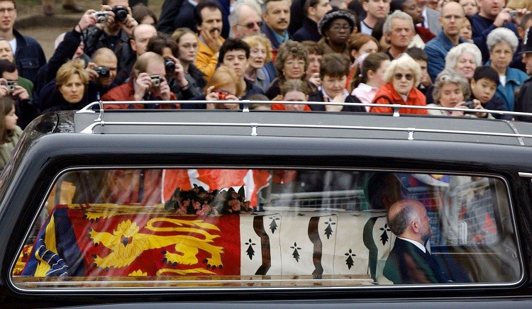 Crowds mourned the streets of London to catch a glimpse of the Queen Mother's coffin