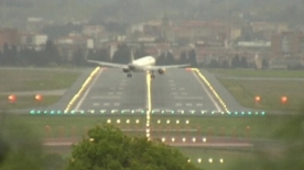 Planes fight against dramatic high winds in Spain