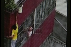 Hero saves girl from deadly rooftop fall in China