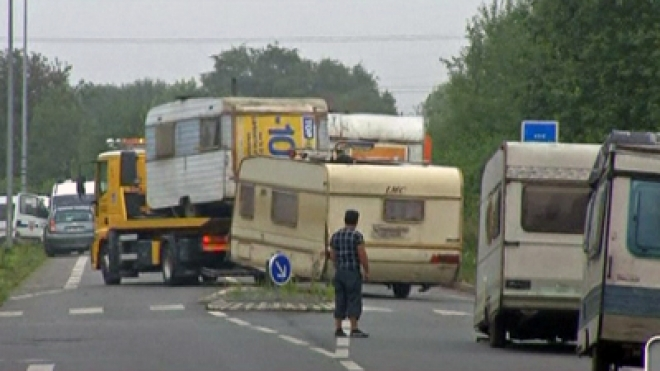 Riot police in France clear families from gypsy campsites