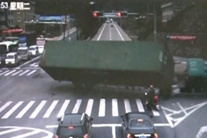 China: Lucky motorcyclist escapes falling lorry