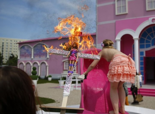 Barbie Dreamhouse Opens in Berlin Amid Protests