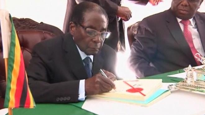 Mugabe Signs Zimbabwe Constitution Into Law