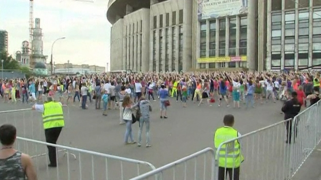 Teens Stage Gangnam Style Flashmob Before Concert
