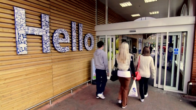 Tesco Profit Plunges as J Sainsbury Sales Stay Solid