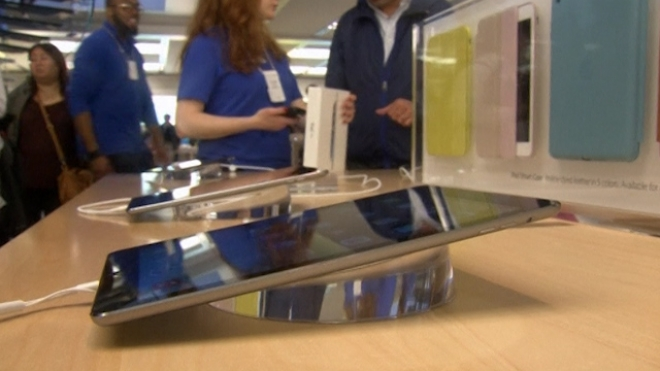 Apple Fans Brave Stormy Weather For New iPad Air