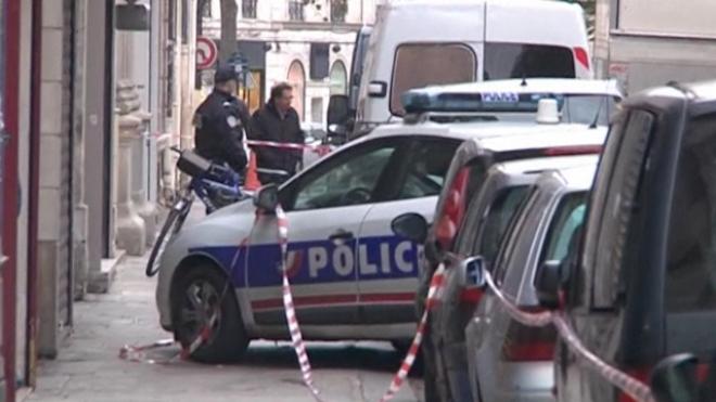 Grenade Gunman Hiding in Metro Near Champs-Elysées