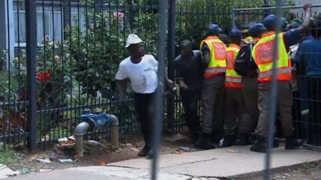 Crowd Breaks Through Barrier to See Mandela Body