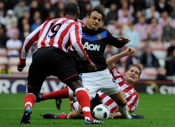 Sunderland's Turner and Bramble challenge Manchester United's Berbatov during their English Premier League soccer match in Sunderland.