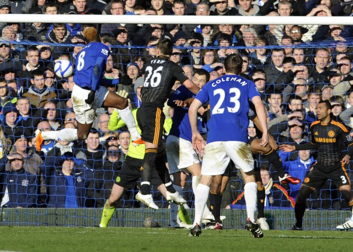 In the early kick-off in the FA Cup fourth round, Louis Saha opened the scoring against Chelsea in the 65th minute at the Goodison Park.