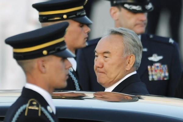 Kazakh President Nursultan Nazarbayev (C)