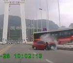 Bus plunges into Yangtze River
